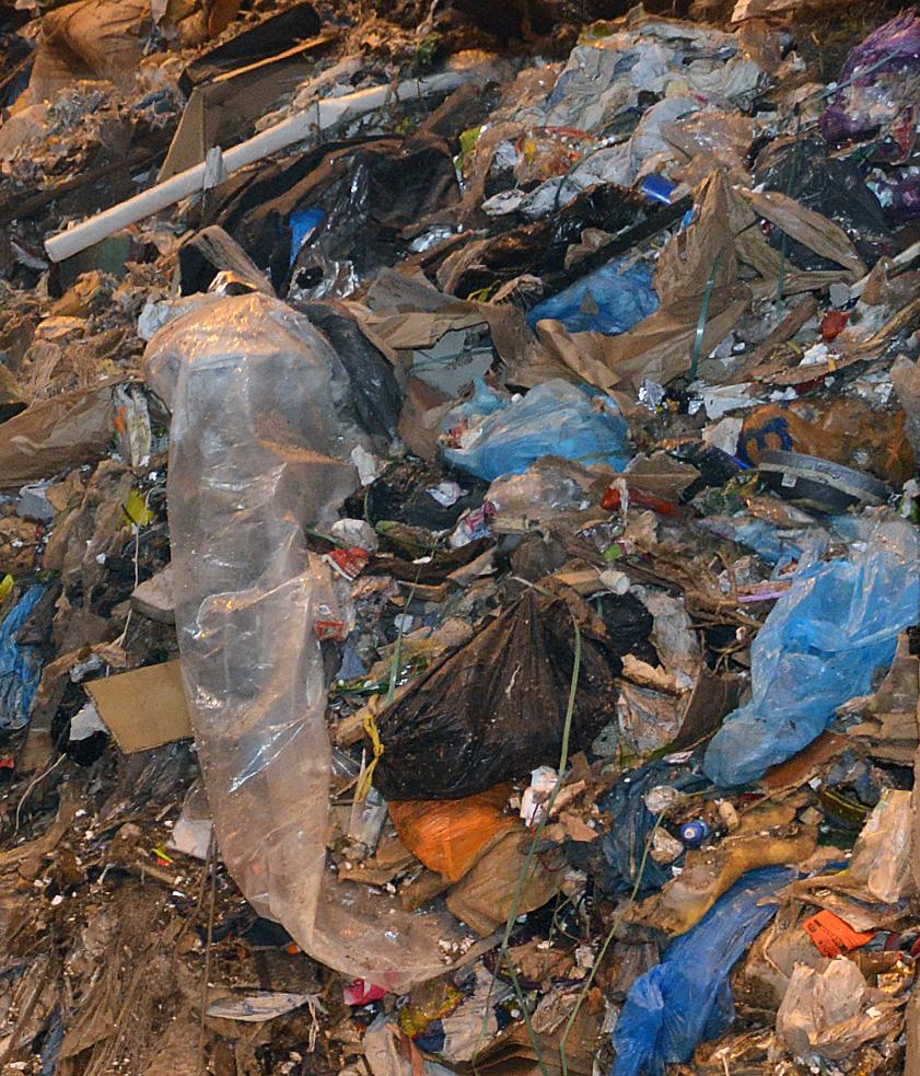 Plastic in afvalbunker van de afvaloven van Omrin 2